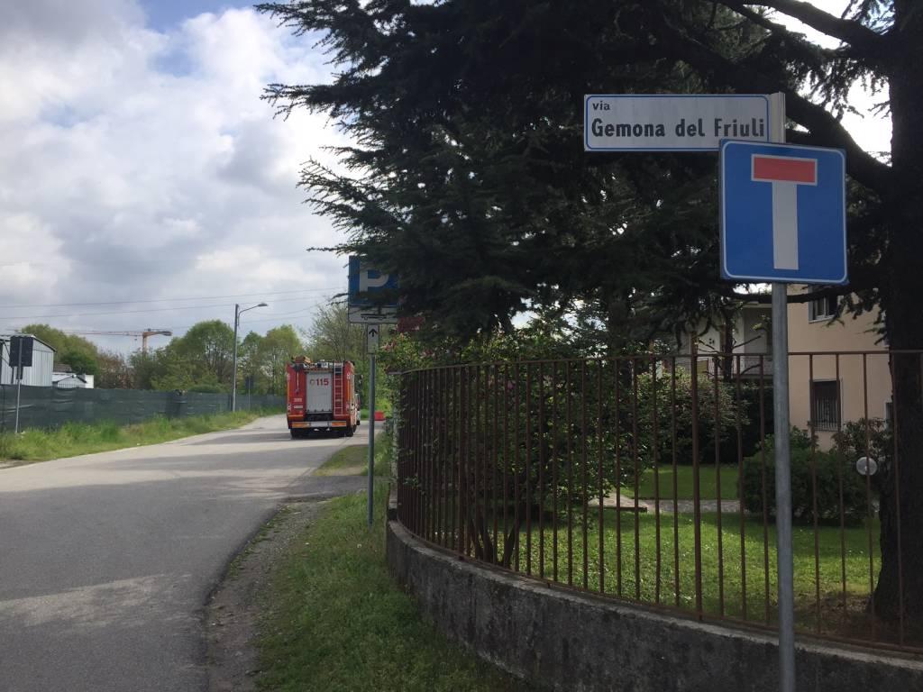 Auto fuori strada in via Gemona del Friuli