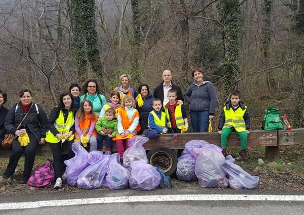 La raccolta dei rifiuti lungo la via del sacro Monte
