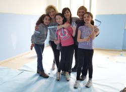 Porto ceresio - i genitori imbiancano la scuola