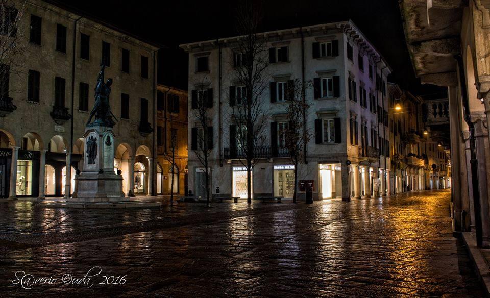 Varese, Piazza del Podestà sotto la pioggia