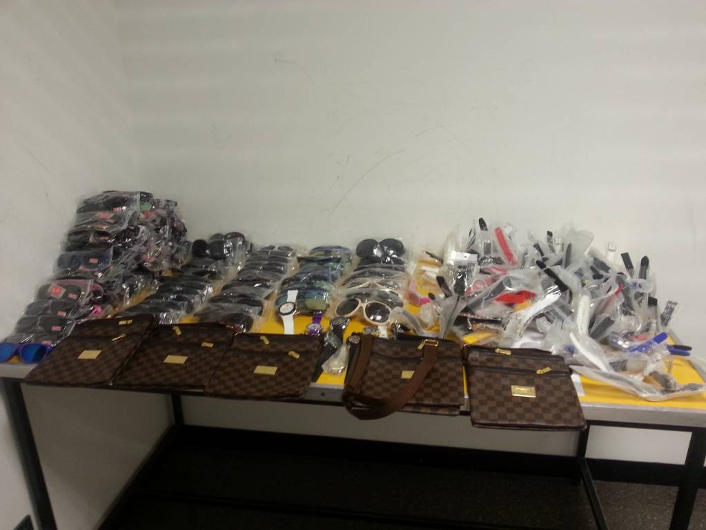 Oggetti contraffatti sequestrati dalla guardia di finanza