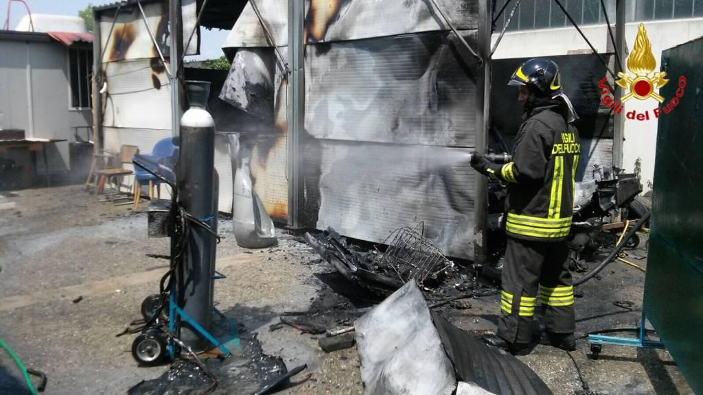 Incendio auto officina