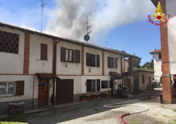 Incendio in via Roma ad Azzate