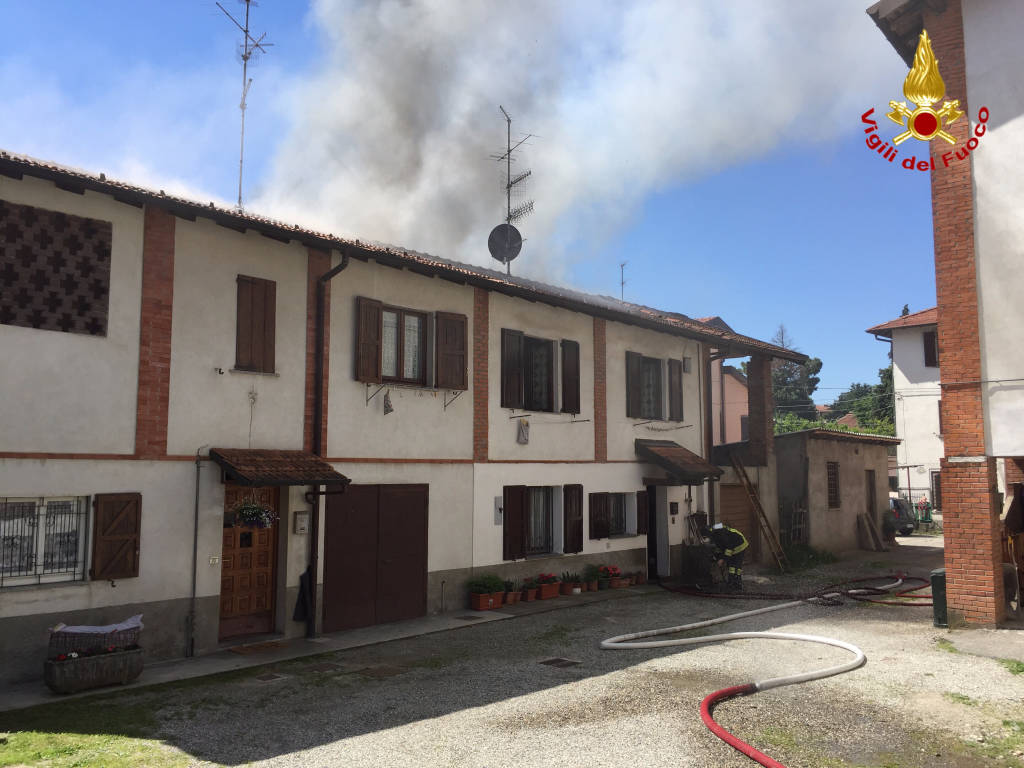 Incendio azzate in via Roma