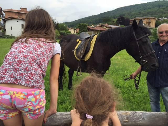 A scuola a cavallo per prendere la figlia