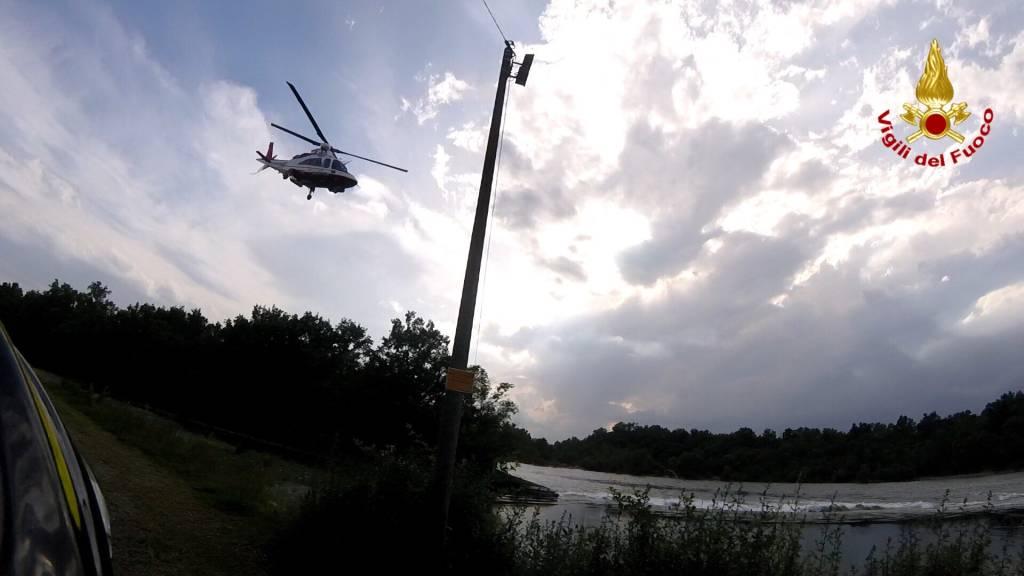 Intrappolati nel Ticino, salvati dall\'elicottero