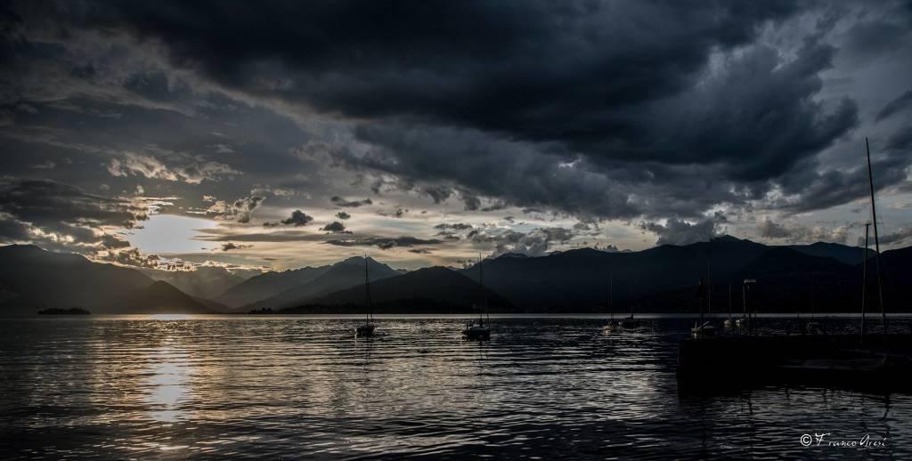 Nuvole, lago e tramonto: il mix perfetto