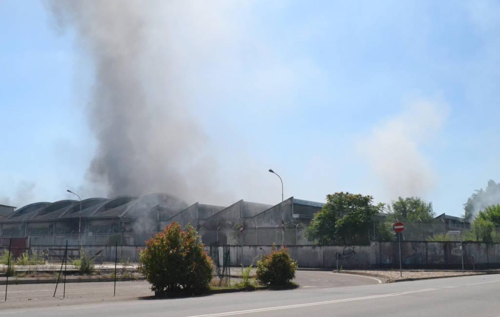 Ex Crespi: l'azienda avvolta dalle fiamme