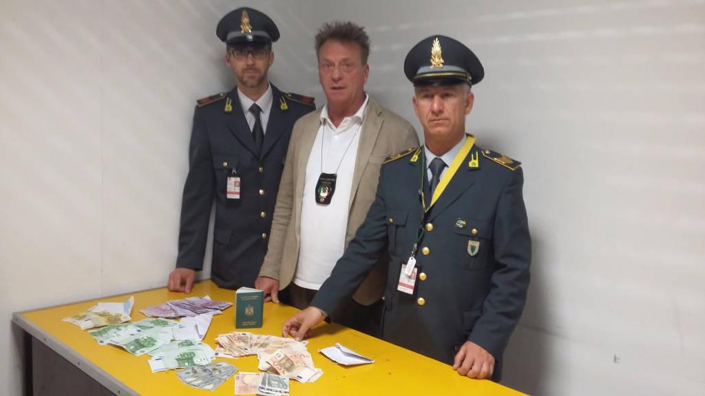 guardia di finanza agenzia dogane sequestro droga sigarette soldi farmaci
