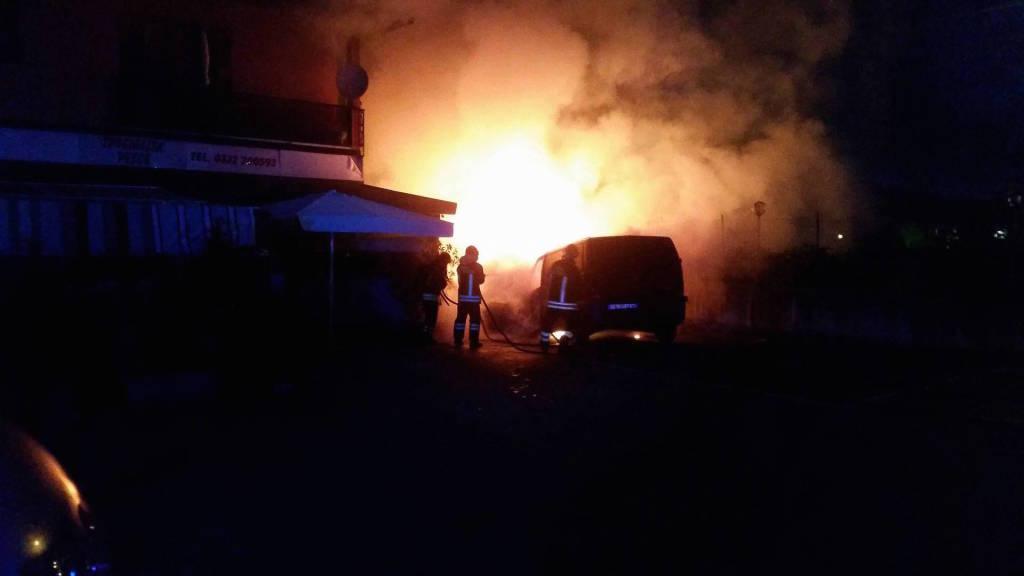 Incendio in una carrozzeria, a fuoco due furgoni