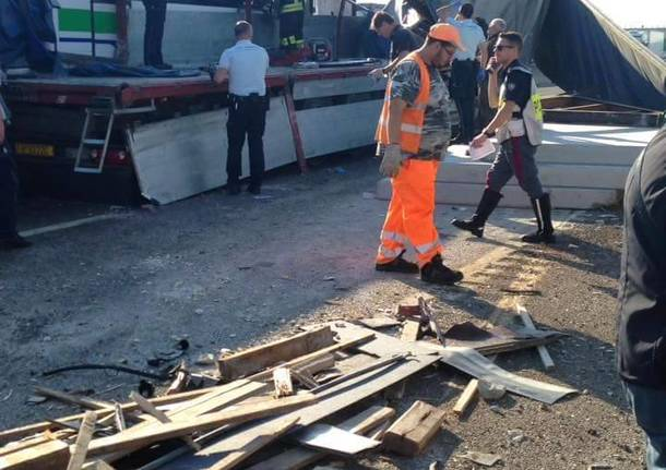Autostrada A1, incidente tra camion e pullmann: feriti e code