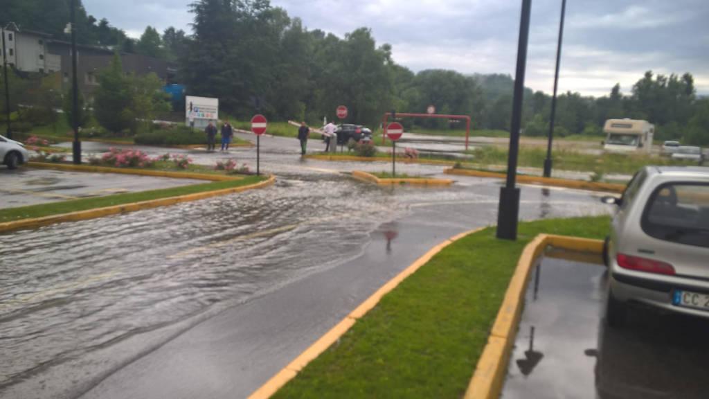 Iper, parcheggio allagato dopo il diluvio