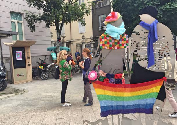 """Piazza Beccaria """"vestita"""" dallo Yarn Bombing"""
