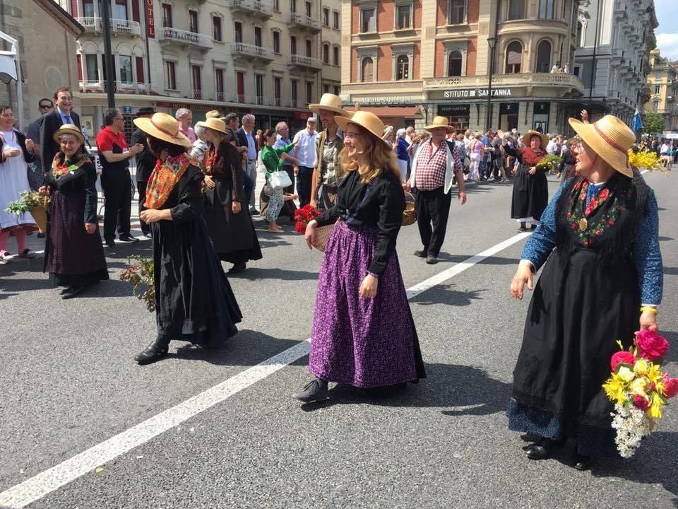 Un bagno di folla per il corteo dei costumi svizzeri