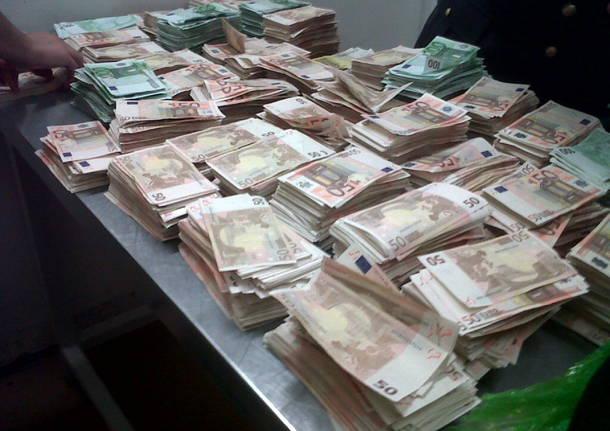 Corrieri di valuta fermati 63 milioni in aeroporto - Soldi contanti a casa ...