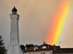 Arcobaleno che illumina il Faro di Besozzo