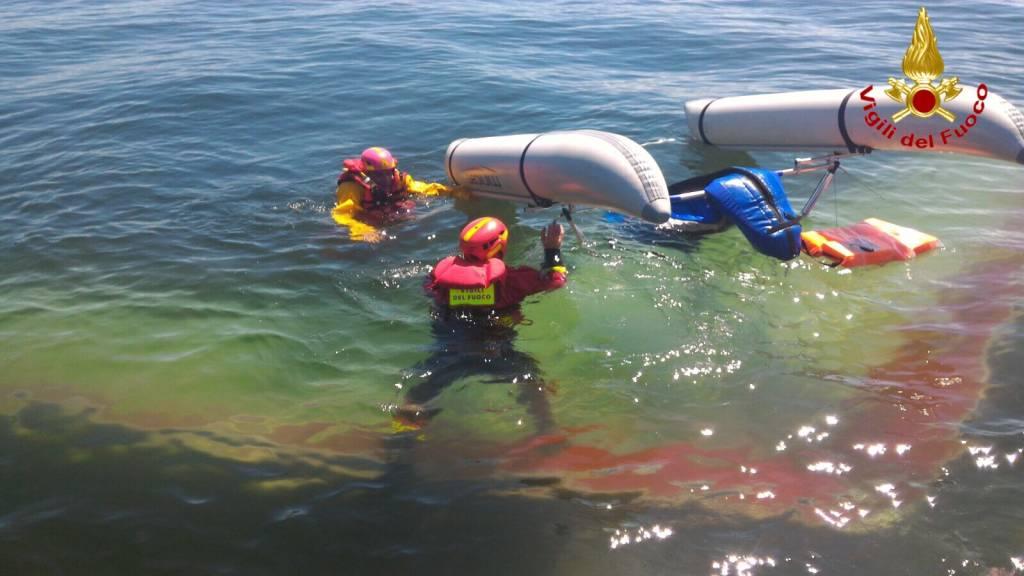 Deltaplano galleggiante cade nel lago