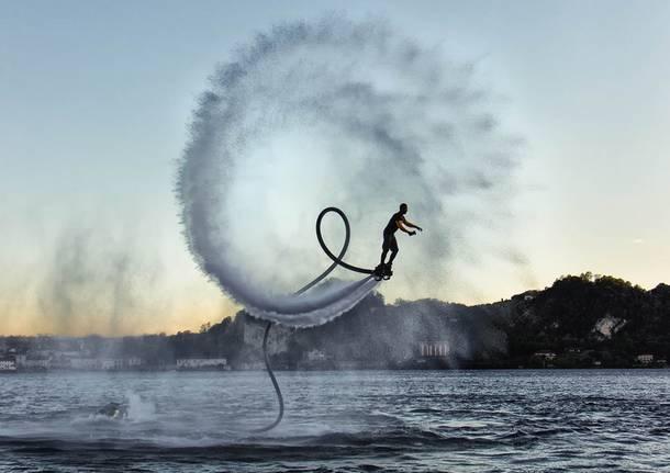 Evoluzioni in acqua con il jet flyer