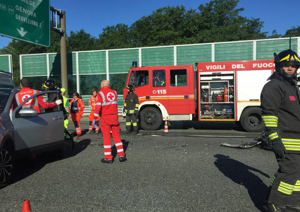 Milano, incidente in autostrada: morta una donna, sei persone ferite