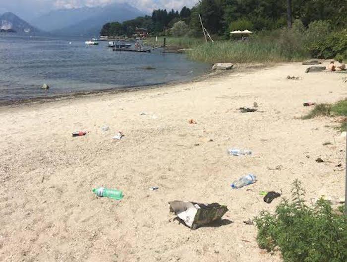 Sporcizia sulla spiaggia di Ceresolo dopo i fuochi d\'artificio