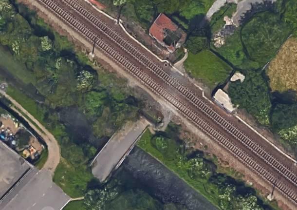 Al cellulare mentre attraversa i binari, 14enne travolto da un treno