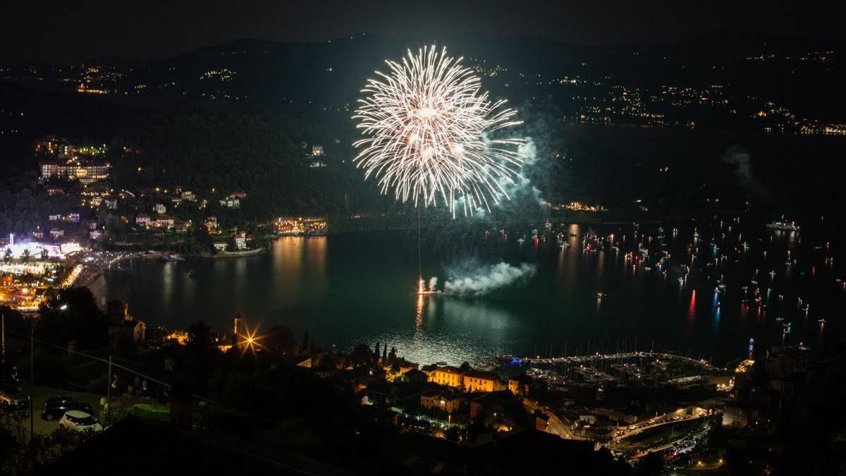 La baia illuminata dai fuochi d'artificio