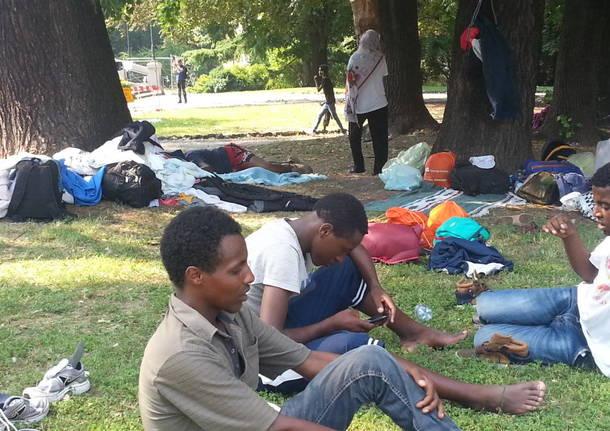 Migranti: 400 persone accampate nella stazione di Como