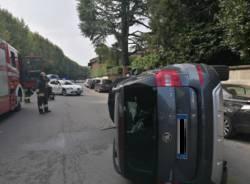 Angera, auto ribaltata sul lungolago