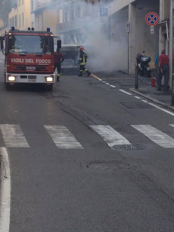 Furgoncino in fiamme in Piazza Cacciatori delle Alpi