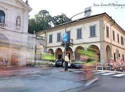 Induno Olona - La Gran Fondo Valli Varesine sfreccia davanti alla chiesa - foto di Luca Leone