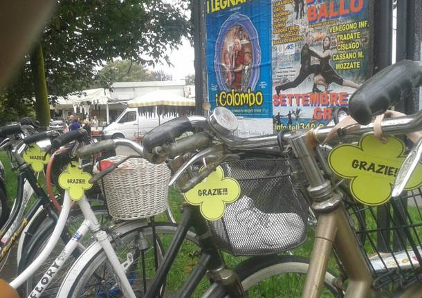 """Sulle bici parcheggiate spunta un biglietto: """"Grazie!"""""""