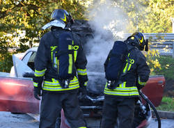 Auto in fiamme all'autogrill