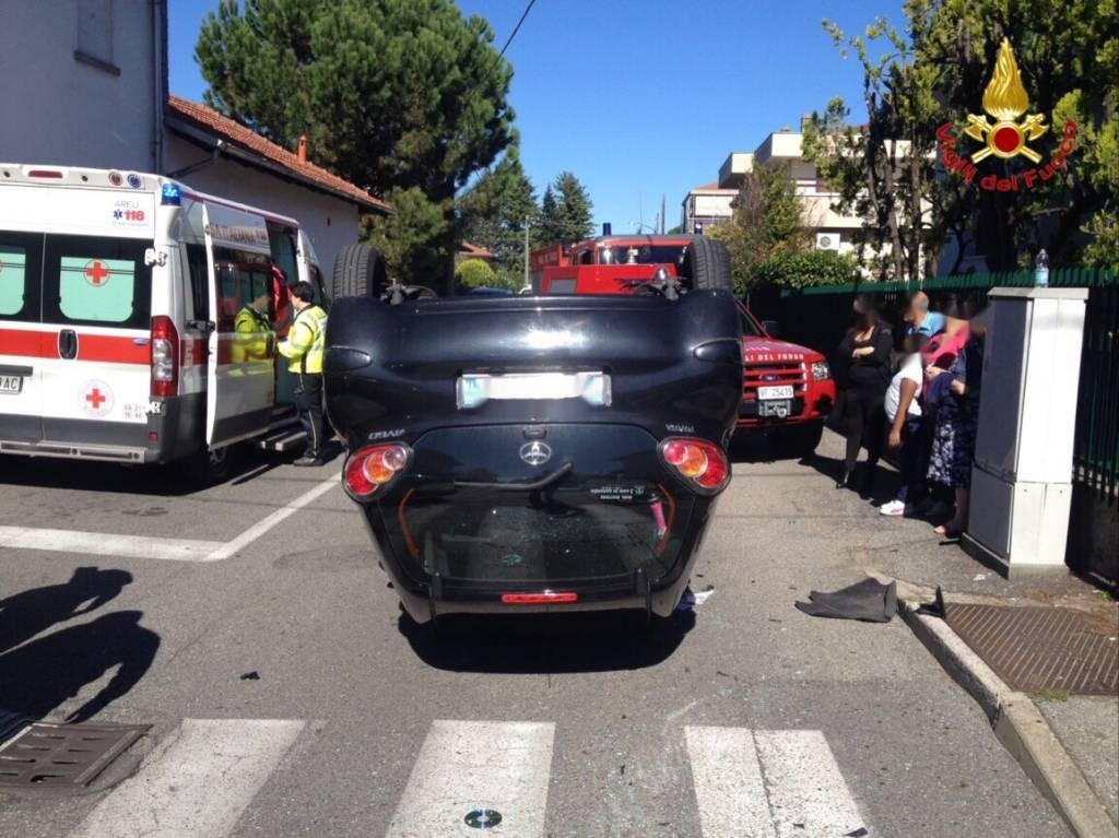 Auto ribaltata a Lonate Pozzolo
