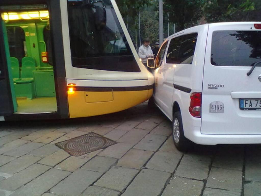 Tram contro navetta in Stazione Centrale