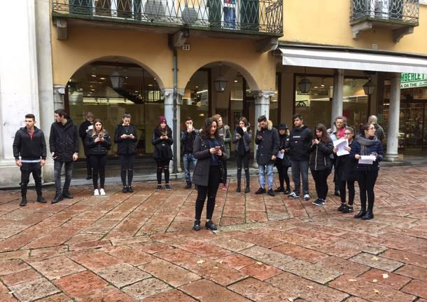 Gli studenti dell'Einaudi leggono i classici davanti alla Libreria del Corso