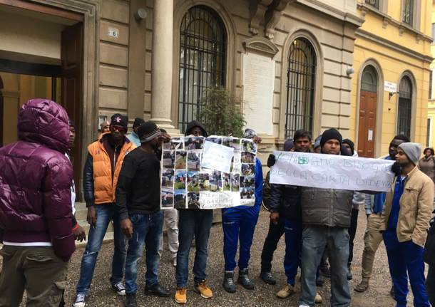 La protesta dei profughi per le carte d'identità