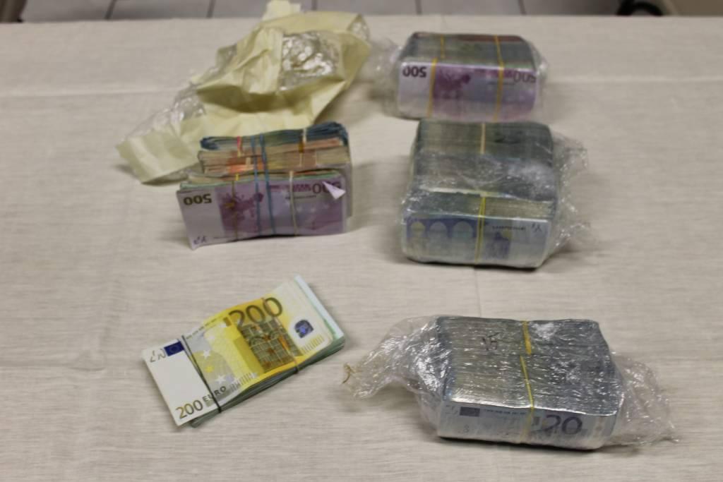 364mila euro in contanti nascoste nella macchina