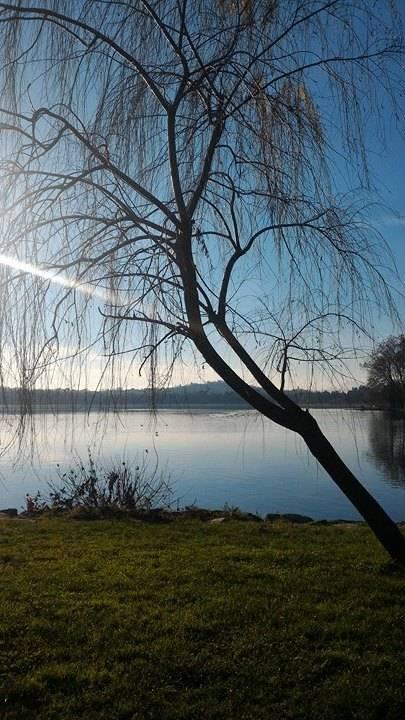 Al tramonto in riva al lago