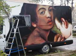 Ravo dipinge Caravaggio sul camper della Cooperativa
