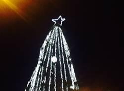 Si accende l'albero di Natale in piazza Monte Grappa a Varese
