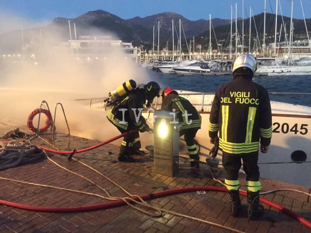 A fuoco uno yacht a Loano, tre morti (foto di Ivg.it)