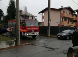 Auto esce di strada e finisce sui binari a Somma Lombardo