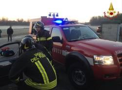 Auto fuori strada, arrivano i pompieri