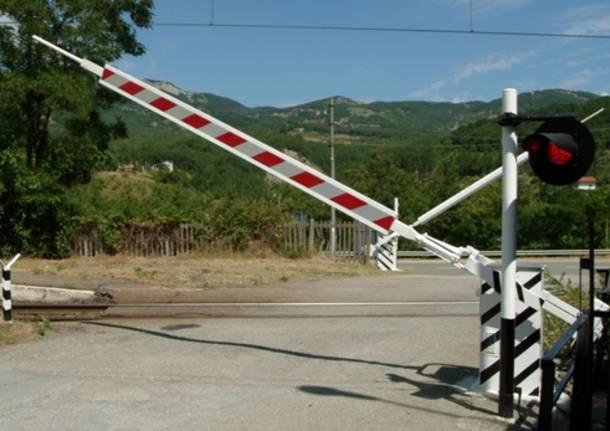 Ternate (Varese), treno travolge camion al passaggio a livello circolazione bloccata