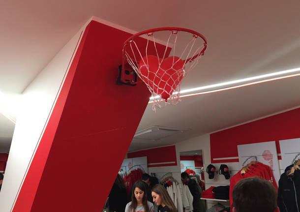 L'inaugurazione dello store di Pallacanestro Varese
