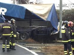 Camion colpito da un treno a Ternate