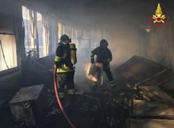 Incendio alla ex Ratti, le immagini dei Vigili del Fuoco