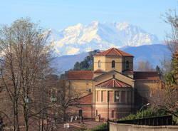 Casciago, la parrocchiale e il Monte Rosa
