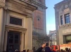 I vigili del fuoco posano la corona sul Bernascone