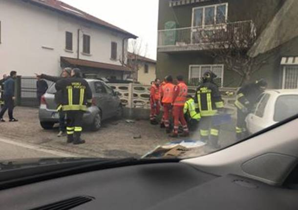 incidente auto contro muro
